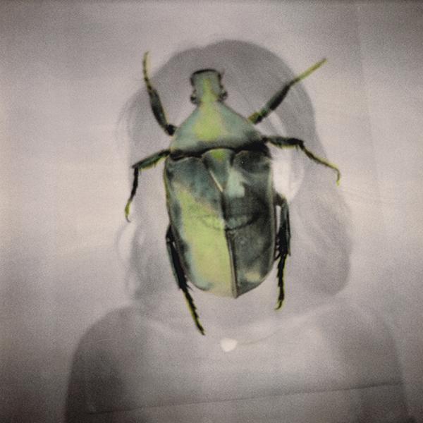 Donna con scarabeo doppia esposizione
