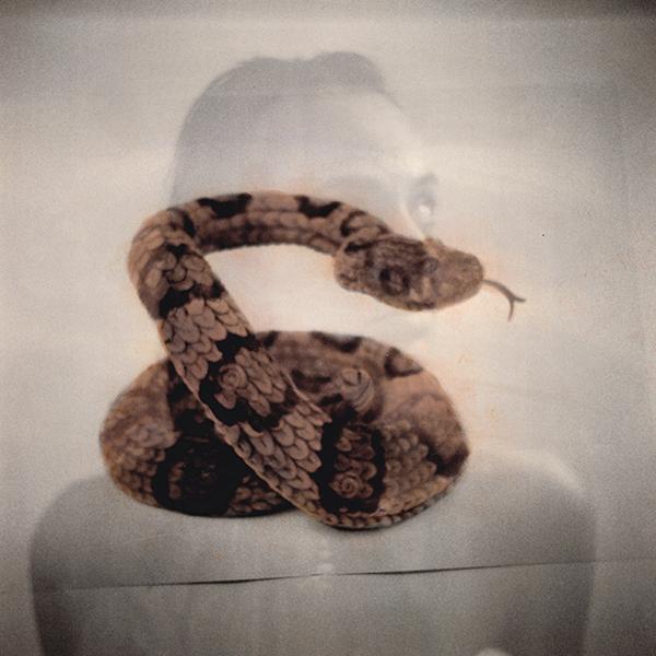 Donna con serpente doppia esposizione