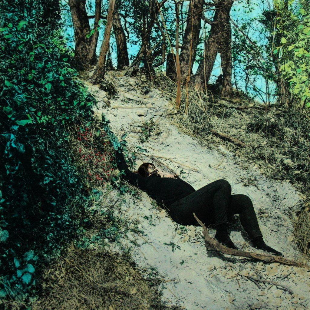 Donna stesa natura colorata acquarelli fotografia