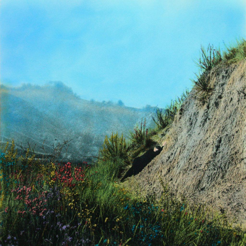 Donna stesa natura colorata acquarelli fotografia paesaggio